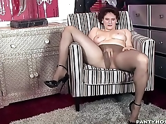 Horny babe knows how to fuck her pussy
